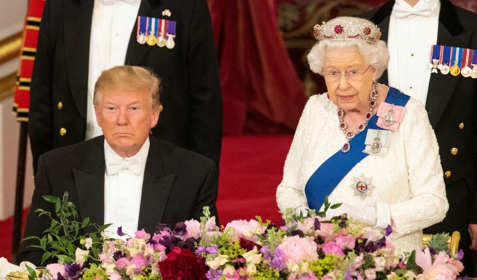Donald Trump a încălcat protocolul regal când a întâlnit-o pe Regina Elisabeta a II-a