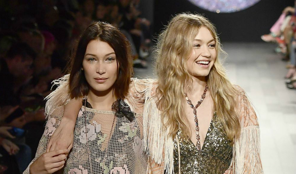 Bella Hadid s-a vopsit blondă și seamănă perfect cu sora ei, Gigi Hadid