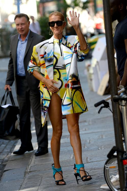 Celine Dion a pășit încrezătoare fără pantaloni, la Paris Couture Week, și arată absolut senzațional (GALERIE)