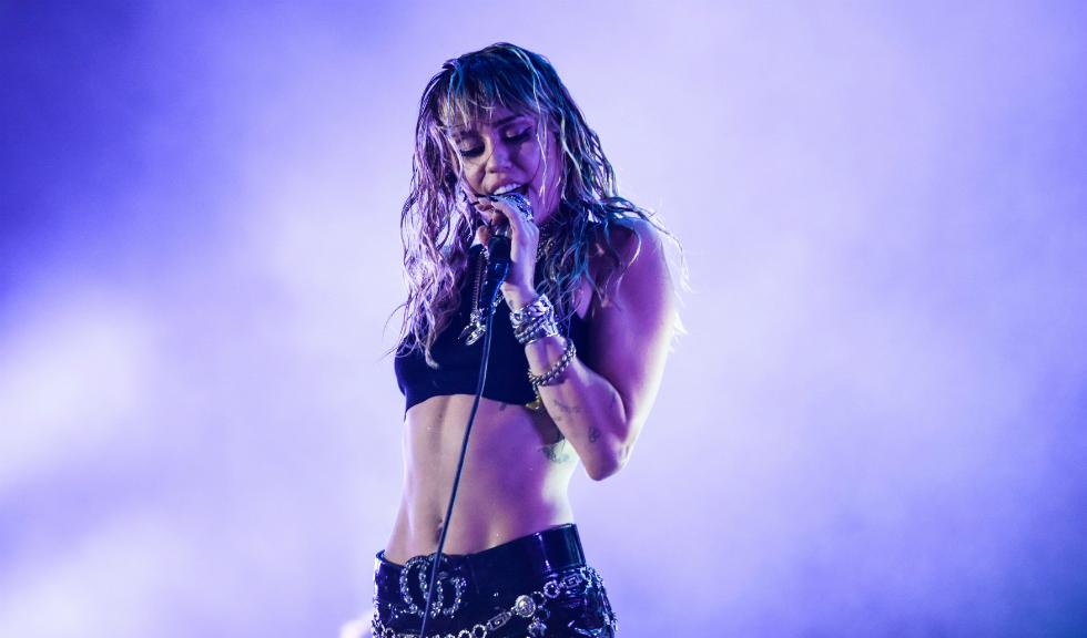 Cum își revine Miley Cyrus după despărțirea de Kaitlynn Carter