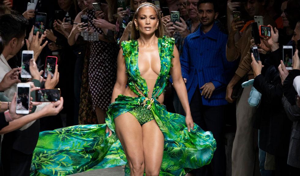 Rochia Versace purată de Jennifer Lopez este acum disponibilă – însă prețul este unul pe măsură