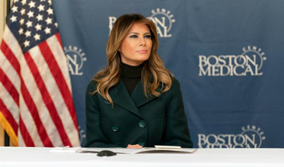 Melania Trump, apariție elegantă la sosirea bradului de Crăciun de la Casa Albă