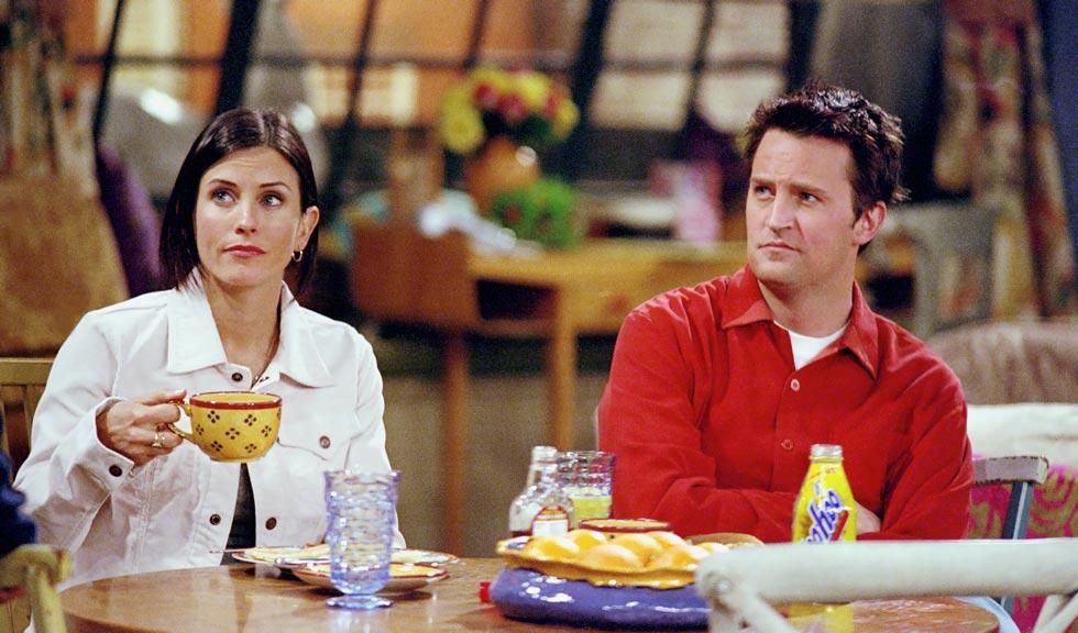 """Dezvăluiri din culisele serialului Friends: Matthew Perry """"a fost întotdeauna îndrăgostit"""" de Courteney Cox"""