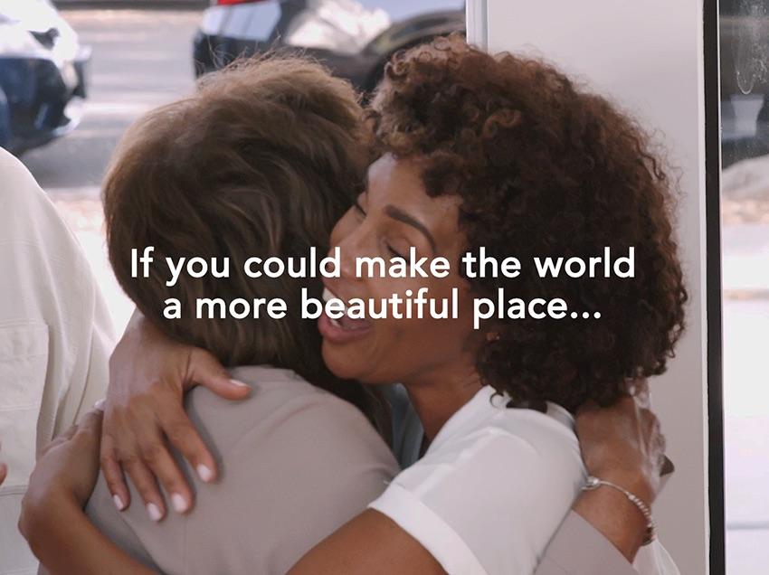 (P)  FOREO le mulțumește tuturor femeilor pentru generații de înțelepciune, inspirație și susținere printr-un device al viitorului