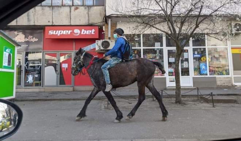 Tânărul care a venit călare la Iași să își vadă partenera care născuse ne arată că nici coronavirusul nu poate ucide romantismul