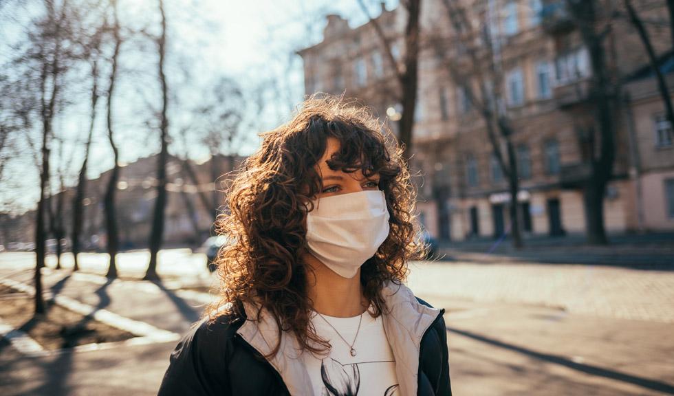Este necesar să purtăm masca de protecție și în spațiile deschise? Ce spun specialiștii