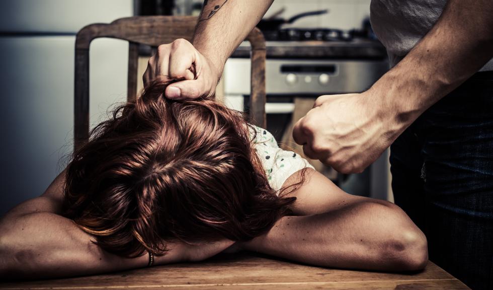 Bărbații sunt mai afectați de Covid-19, dar auto-izolarea are un impact mult mai mare asupra femeilor și a libertății lor