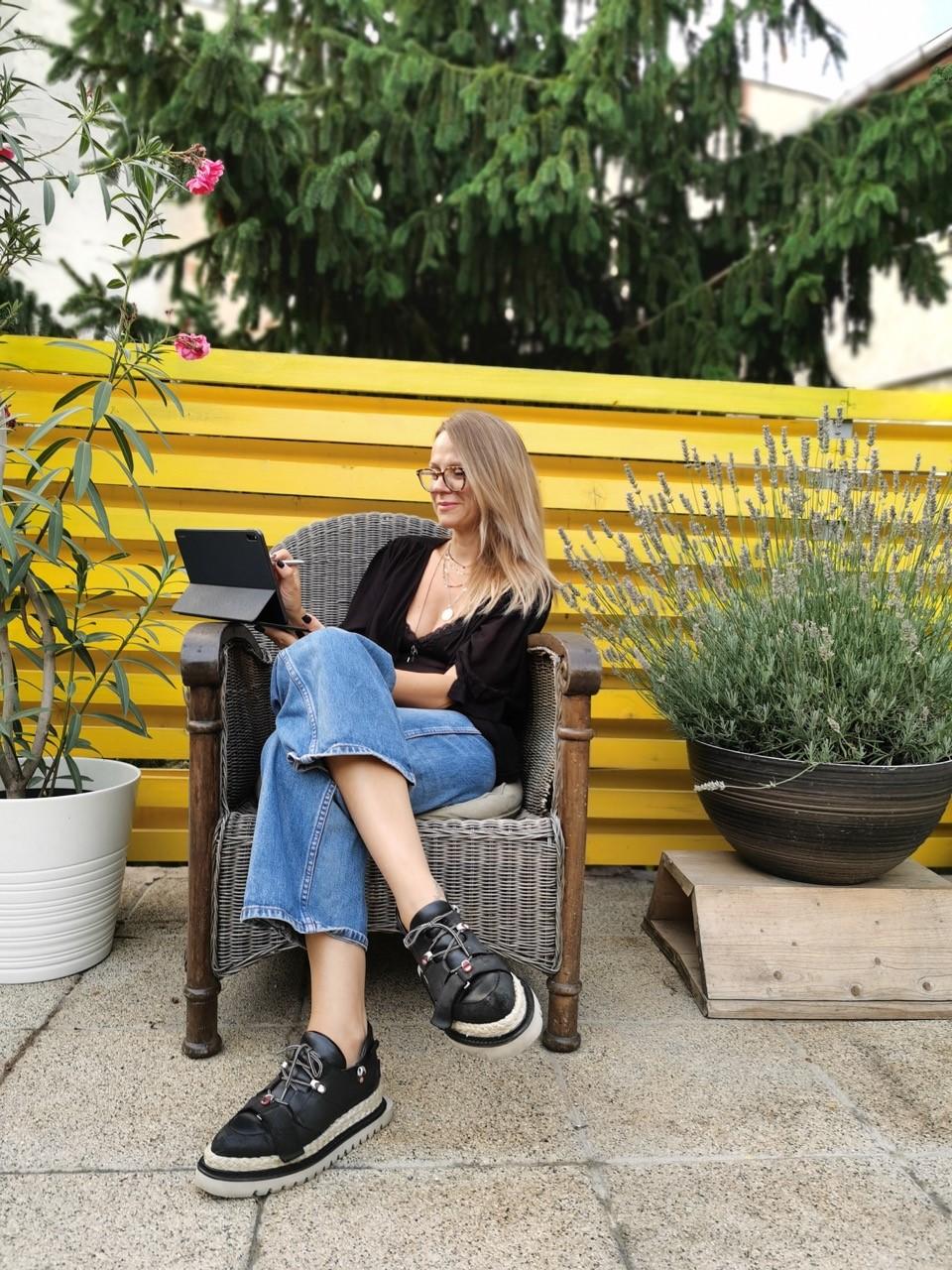 Mihaela Glăvan vorbește despre modul în care tehnologia îi influențează viața, gadget-urile de care nu se poate lipsi și sfaturile pe care le-ar da unui creativ la început de drum