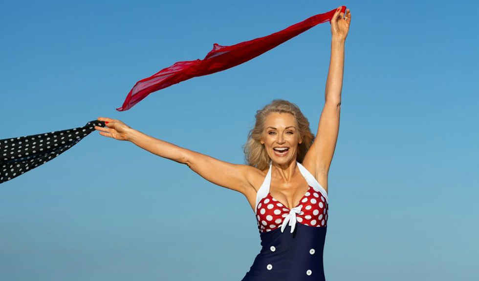 Cine este Kathy Jacobs, modelul în vârstă de 56 de ani care a pozat în costum de baie