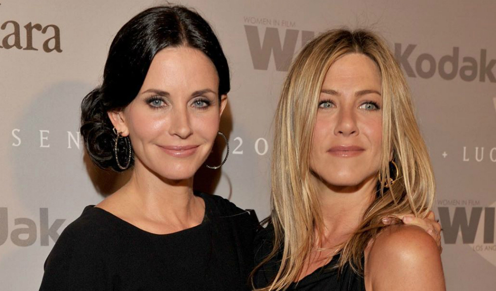 Courteney Cox o învață pe Jennifer Aniston să joace biliard într-un video care a devenit viral
