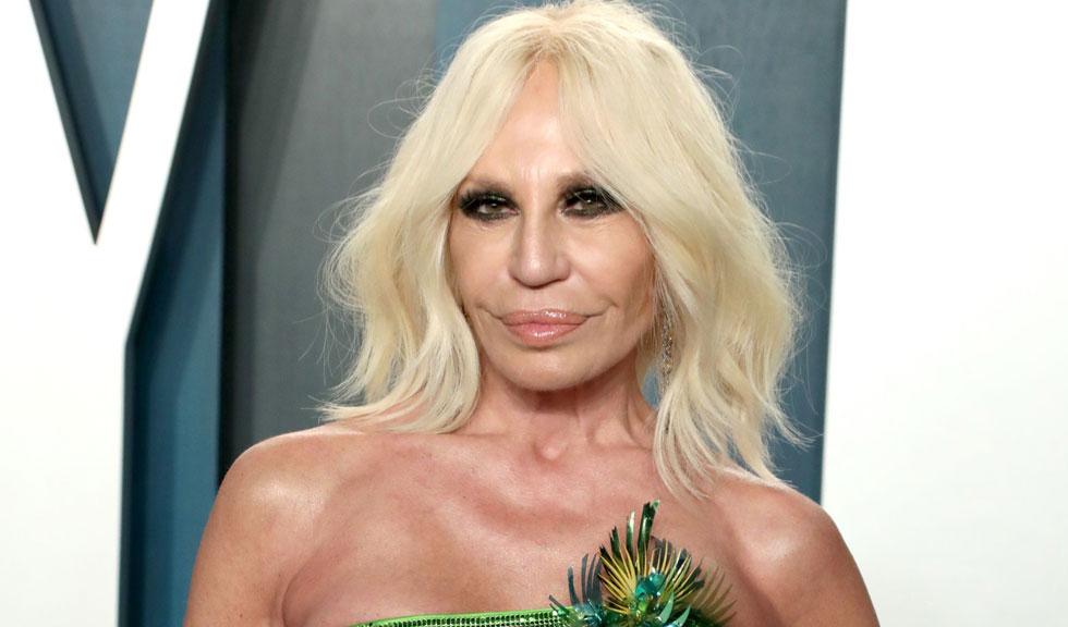 Cum arată Donatella Versace în costum de baie la 65 de ani