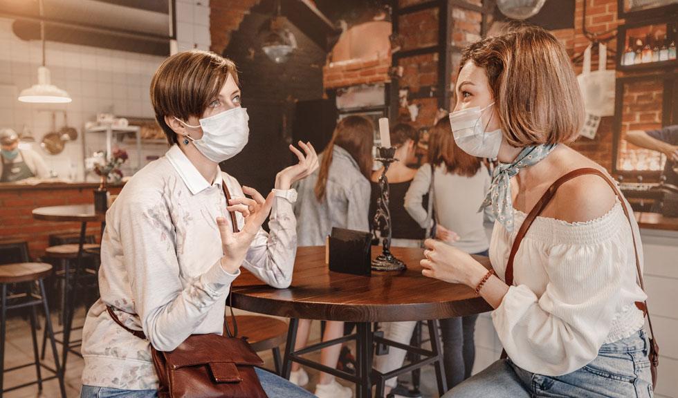 Ce NU trebuie să faci cu masca de protecție atunci când iei masa la restaurant