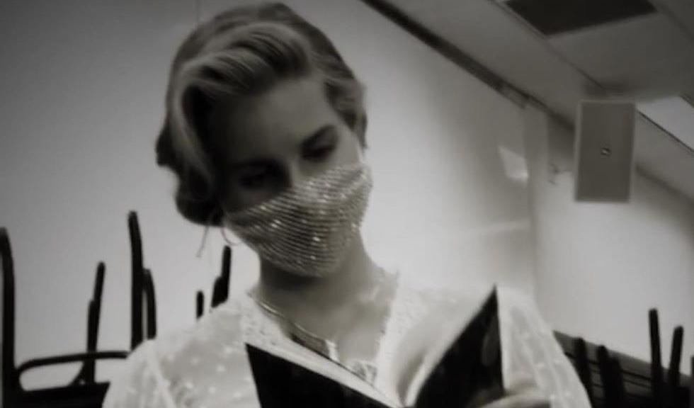Lana Del Rey a atras criticile fanilor după ce a apărut la un eveniment purtând o mască din plasă