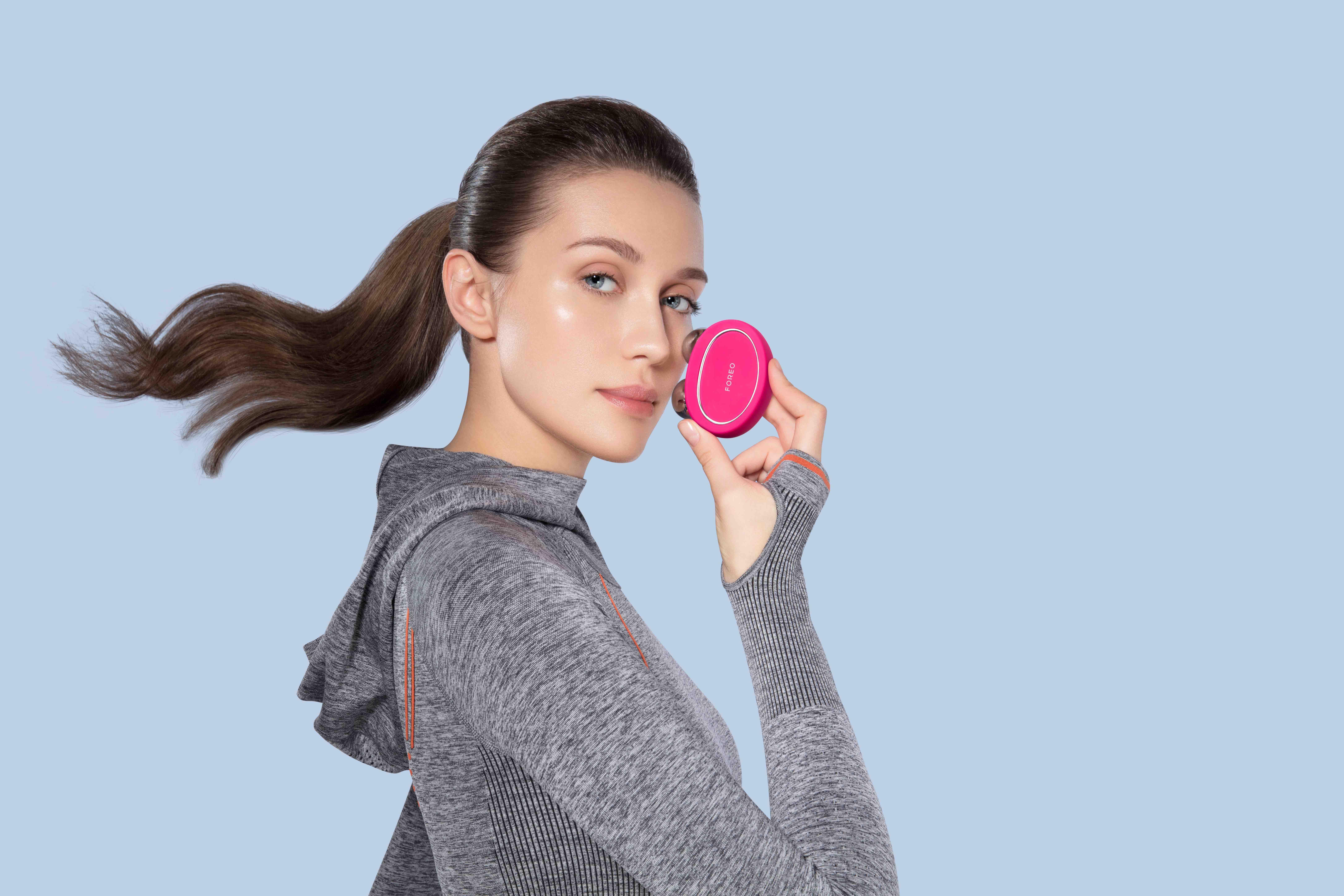 (P) FOREO lansează revoluționarul BEAR, dispozitivul inteligent cu microcurent pentru tonifierea feței