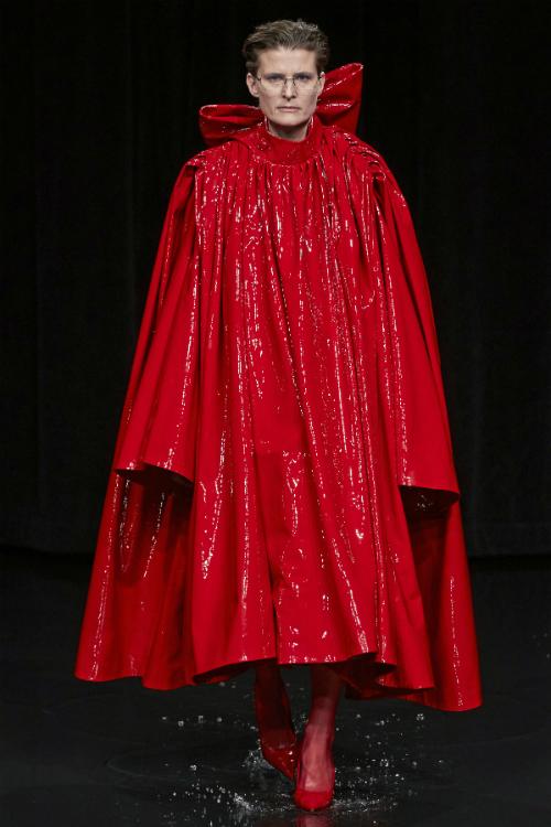 5 motive pentru care merită să ai piese de culoare roșie în garderobă