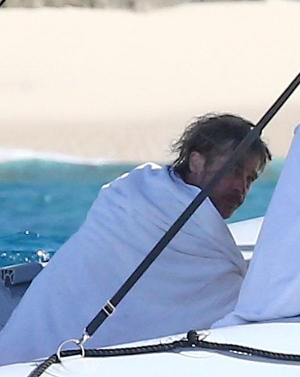 Brad Pitt, surprins într-o vacanță exotică și etalându-și impresionanta colecție de tatuaje