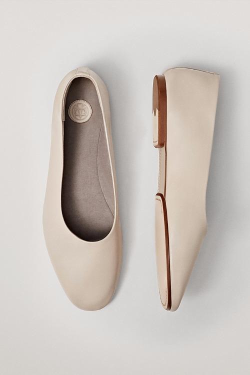 Back to flats! De ce ar trebui să porți pantofi fără toc în această primăvară