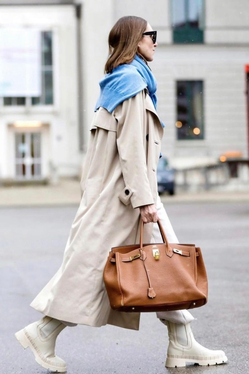 5 motive pentru care să investești într-o geantă de culoare neutră