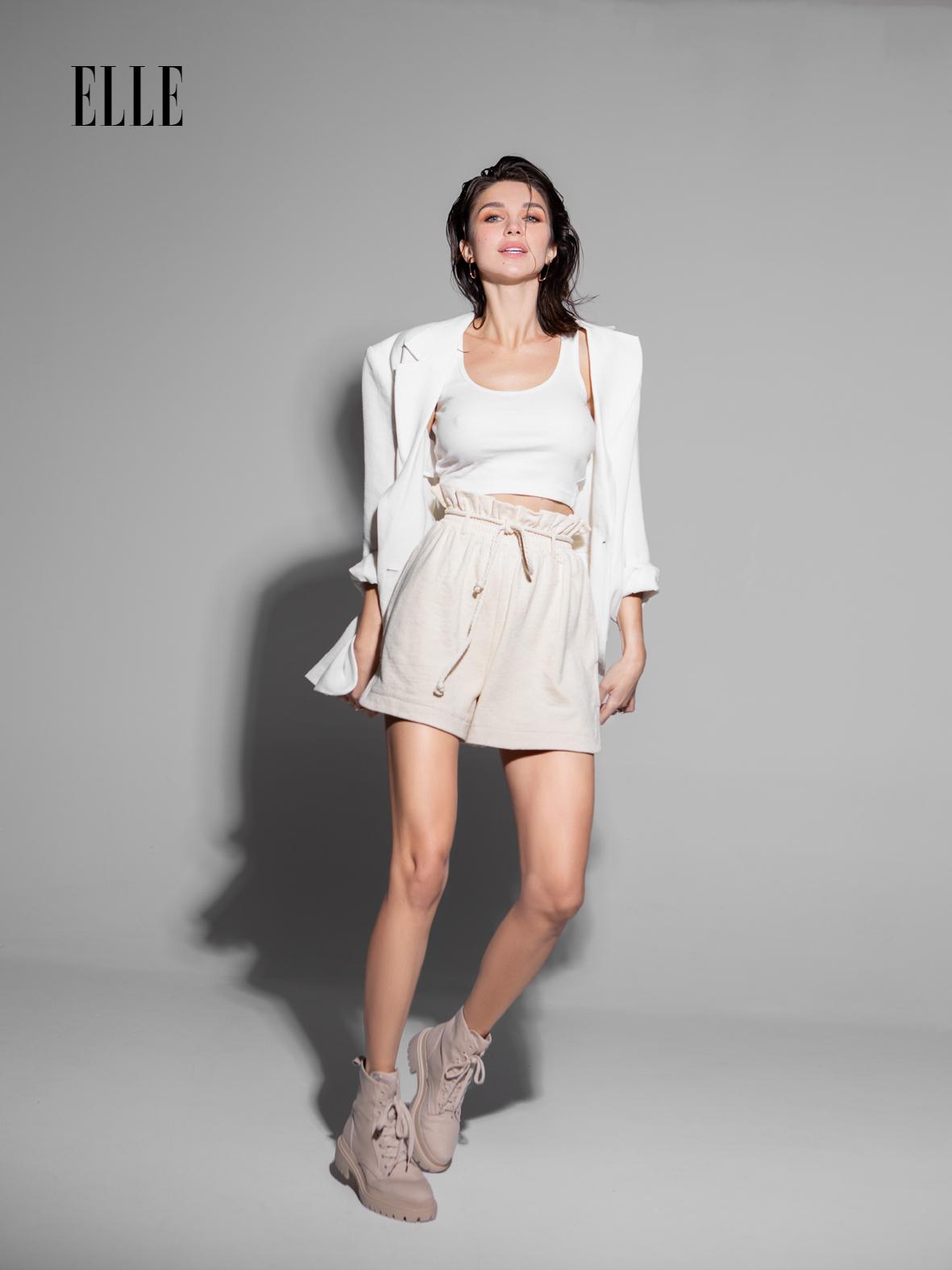 Alice Cavaleru ,Top, 39,99 lei; sacou, 159,99 lei; pantaloni scurți, 89,99 lei; bocanci, 159,99 lei; toate H&M.