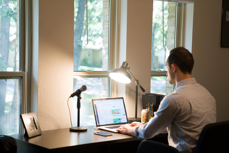 (P) Lucrezi de acasă? Iată cum să-ți organizezi cât mai eficient munca
