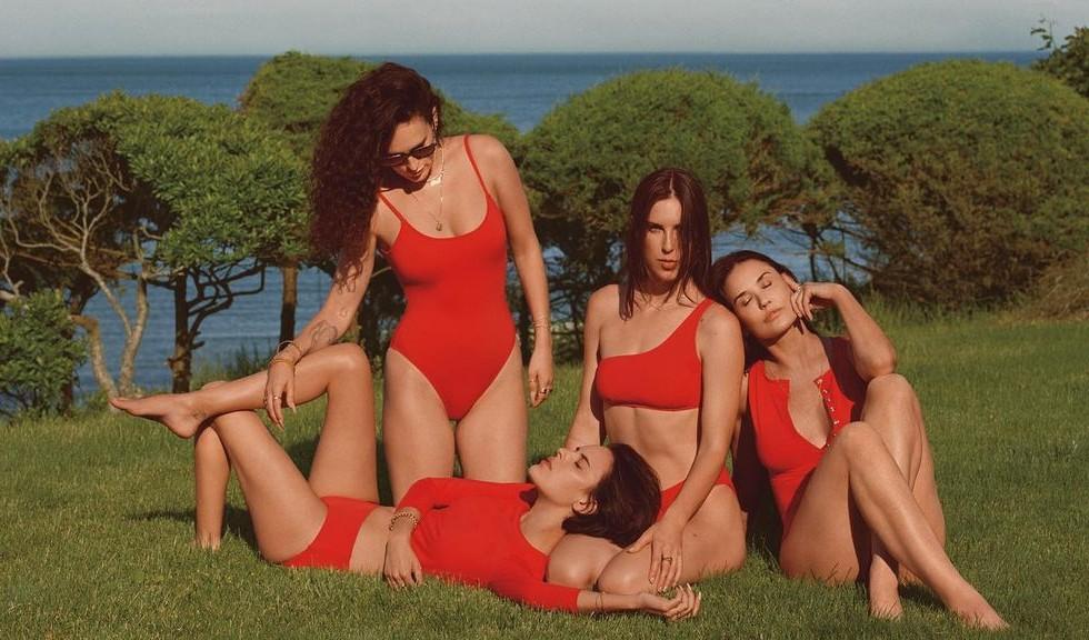 Imagini inedite cu Demi Moore și fiicele ei, pozând în costume de baie