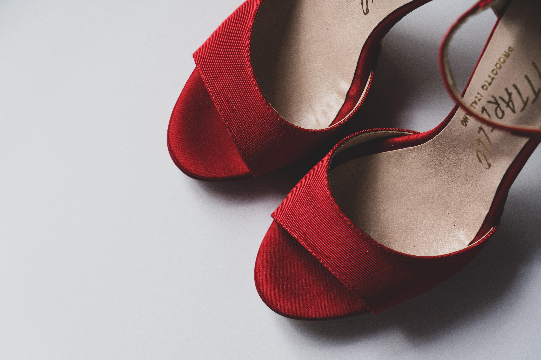 (P) Cum porți pantofii cu toc gros: 4 ponturi